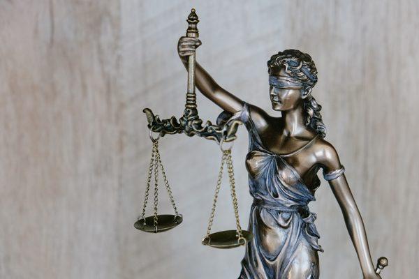 巻き爪の治療という表記で関わってくる主な法律